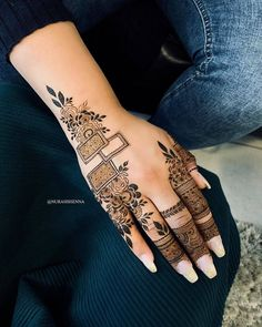 One of the most popular places to have henna is on the hands. So, today we are bringing you 21 amazing henna hand designs that are a work of art! Latest Bridal Mehndi Designs, Latest Arabic Mehndi Designs, Indian Mehndi Designs, Mehndi Designs For Girls, Mehndi Designs 2018, Stylish Mehndi Designs, Mehndi Design Photos, Mehndi Designs For Fingers, Mehandi Designs