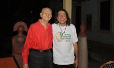 Em 2011, posa com o amigo Lenine, a quem havia convidado para visitar sua casa — sem que o músico soubesse quem era o anfitrião Paula Gomes / Agência O Globo