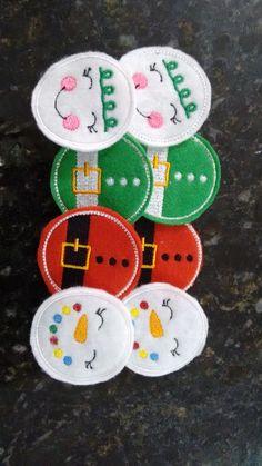 Kit composto por 8 enfeites natalinos em feltro bordados à máquina. <br> <br>Tamanho de cada boneco, cerca de 5 cm de diâmetro. <br> <br>Kit composto por: <br> <br>2 enfeites Papai Noel; <br>2 bonecas de neve; <br>2 bonecos de neve; <br>2 elfos (duendes). <br> <br>Ótimos para utiliza-los em guirlanda, árvore de natal, varal decorativo, lembrancinha, entre outros. <br> <br>*A cor visualizada pode sofrer algumas variações devido a tela do seu computador.