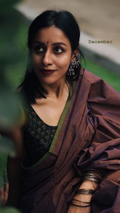 She's so beautiful Cotton Saree Blouse, Saree Blouse Patterns, Saree Blouse Designs, Simple Sarees, Trendy Sarees, Saree Poses, Saree Jewellery, Modern Saree, Kalamkari Saree