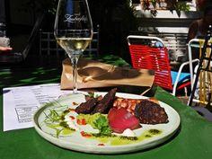 """Das Gute am Donnerstag ist, Morgen ist FREITAG 😍 Unsere Vorspeise-Empfehlung für's leckere Wochenende: """"Surf'n Turf"""" á la Zauberflöte 💜💤 Iberico Chorizo gepaart mit frischem Oktopus in Olivenöl mit Thymian angebraten - serviert auf Guacamole, dazu Aioli... Lasst's Euch schmecken. Z Restaurant Offenburg"""