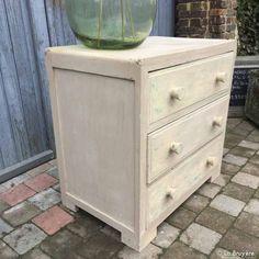 Commode en bois vintage des années 50's, avec son ancienne patine d'origine. 3 grands tiroirs aux dimensions intérieur de : 69 x 37,5 x 17,5 cm