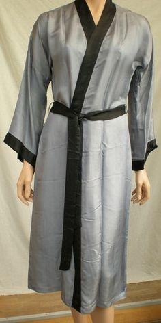 Silke Kimono og chemise. Chemisen med håndbroderi ved udskæring. Syet i Vietnam af kvinder i forskellige landsbyer.
