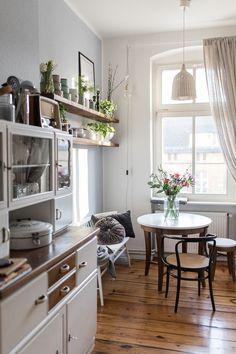 Schmale vintage küche dining room дизайн дома, дом мечты и квартира мечты. Apartment Kitchen, Kitchen Interior, Kitchen Decor, Kitchen Living, Kitchen Ideas, Interior Livingroom, Kitchen Nook, Interior Plants, Home Interior