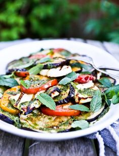 Eggplant Salad with Grilled Halloumi Cheese,Tomatoes & a flavorful Mint Dressing- a delicious summer salad! Healthy Recipes, Veggie Recipes, Salad Recipes, Vegetarian Recipes, Vegan Meals, Healthy Dinners, Haloumi Salad, Grilled Halloumi, Haloumi Cheese
