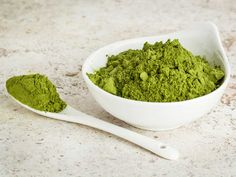 Moringa powder is beginning to gain more popularity as a new nutritious superfood. Learn about 10 amazing health benefits of drinking moringa every day. Superfoods, Detox Recipes, Healthy Recipes, Moringa Recipes, Matcha Tee, Healthy Smoothie, Moringa Leaves, Superfood Powder, Gastronomia
