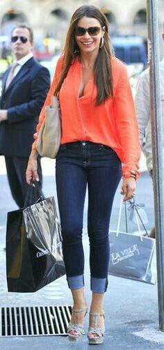 Sofia Vergara, jeans, orange shirt, off-white bag, off-white high heel sandals ☑️