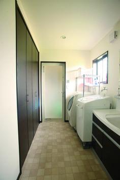 【アルルホームズの建築】 キッチン、洗面、浴室は直線上