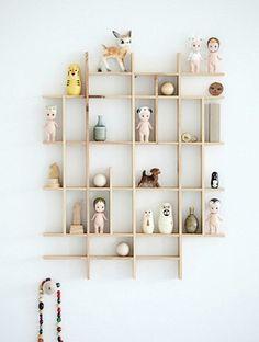 """Ripinhas coladas formando uma mini """"estante"""" para expor os brinquedinhos."""