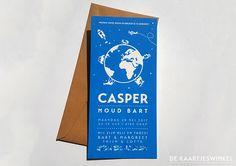 © De Kaartjeswinkel Een werelds geboortekaartje voor Casper. Gedrukt in een mooie helder blauwe kleur. Voorzien van een leuke wereldbol met vormen die passen bij Casper en zijn ouders.  #wereldbol #letterpress #geboortekaartje #birthannouncement #babyboy