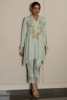 This elegant stitched dress available at a decent price of pkr 18500 at all online and off line stores by Deepak Perwani semi formal dresses 2018#wintercollection #blackfriday #readytowear #pretwear #unstitched #online #linen #linencollection #lahore #karachi #islamabad #newyork #london #pakistan #pakistani #indian #alkaram #breakout #zeen #khaadi #sanasafinaz #limelight #nishat #khaddar #daraz #gulahmed #2017 #2018 #blackfriday #pakistani_dresses #best_price #indian_dresses