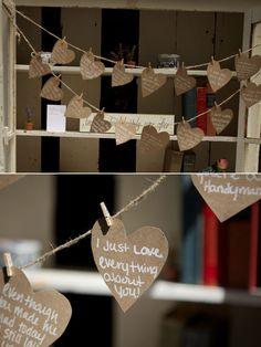 ► Adopta un enfoque de andar por casa, creando una guirnalda de corazones de papel con los motivos por los que se aman. Muestrala por encima de la pantalla de postre o cerca de tu libro de visitas. #ideasparabodas