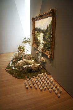 Gregory Euclide utilise divers matériaux dans ses peintures pour les faire sortir du cadre, il a commencé par des sculptures et peintures classiques puis au fil du temps il a combiné les deux petit à petit.
