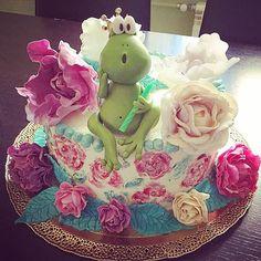"""""""Царевна-лягушка"""" - наш фантастически весёлый торт для самой лучшей даты для отмечания - 18 лет! Ручная роспись, цветы ручной работы и... Ручная лягушка!!!!)))) Ква три раза) внутри """"Desire"""" (он же Желание) by Pierre Herme. #pastry #pastrychef #desire #pierreherme #herme #instacake #instaporn #instafoto #cake #fairytale #princess_frog #artcake #royalcake #wowcake #торт #тортыназаказ #тортыназаказмосква #кондитер #кондитерская #царевналягушка #гдемойпринц #длялюбимых #детскиеторты…"""