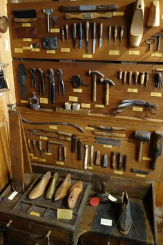 Shoemakers_and_cobblers_tools_-_Joseph_Allen_Skinner_Museum_-_DSC07863.JPG (JPEG-bild, 3648×5472 pixlar) - Skalad (13%)