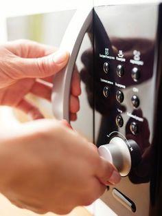 Mit der Mikrowelle kann man nur Essen erwärmen? Nichts da! Wir verraten ungeahnte Dinge, die man mit dem Wundergerät Mikrowelle noch so