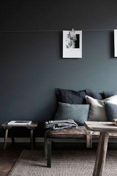 A combinação da parede cinza com móveis e objetos de materiais naturais em tons neutros deixam o ambiente acolhedor.