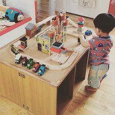 プレイテーブルってご存知ですか?子どもたちがおもちゃを並べて遊んだり、作業しやすいように作られているテーブルです。市販されているプレイテーブルをみると子どもが喜びそうなカラーで、『買ってあげたいな。』と思わせられます。しかし、なかなかいいお値段……。『それなら、作ってあげよう!』ここでは、簡単にDIYできるプレイテーブルから本格的なプレイテーブルまでご紹介します。