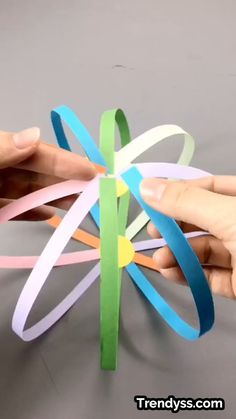 A simple tutorial to show you how to DIY a spinning ball. A simple tutorial to show you how to DIY a spinning ball. Paper Crafts Origami, Paper Crafts For Kids, Craft Activities For Kids, Preschool Crafts, Diy For Kids, Straw Activities, Button Crafts For Kids, Diy Paper, Diy Crafts Hacks