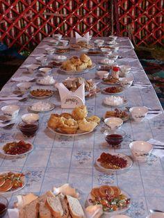 Eine wunderschön gedeckte Tafel im usbekischen Yangikazgan, wo man noch traditionelle Yurten Camps vorfindet.