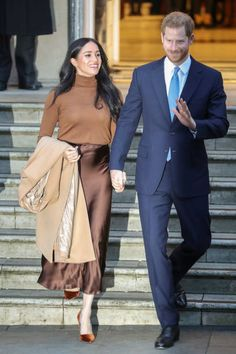 Prince Harry and Meghan return to royal duty at Canada's London HQ Prince Harry and Meghan Markle return to royal Prince Harry And Megan, Harry And Meghan, Meghan Markle Prince Harry, Meghan Markle Stil, Meghan Markle Outfits, Princess Meghan, Satin Midi Skirt, Princesa Diana, Royal Fashion