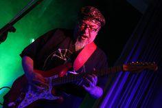 Thomas Hesse, die Urgewalt an der Stromgitarre. (Foto: Björn Othlinghaus). Die Pee Wee Bluesgang ist eine der langlebigsten Blues-Rock-Bands in Deutschland. Seit mehr als 40 Jahren sind Richard Hag…