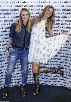 Gisele cheerfully posed alongside designer Adriana Zucco before the show