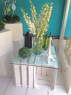Mesa de cajas de plátano en tonos blancos sencilla y muy económica!!!