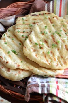 Homemade soft garlic flatbread – easy and quick flatbread recipe This homemade pan-cooked garlic flatbread is soft, easy and very flavourful. Perfect with curry, stews and dishes with lots of gravy or creamy sauces. Garlic Flatbread Recipe, Flatbread Recipes, Food Porn, Quick Easy Dinner, Naan, Indian Food Recipes, Baking Recipes, Good Food, Dinner Recipes