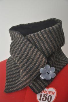 Scaldacollo in tessuto di lana morbido e caldo, foderato in cotone nero e abbottonato con simpatico bottone a fiore