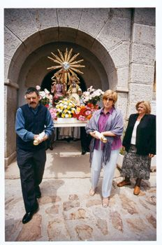 Salida de la Santísima, Charlie, Trini y Juanita, 2002