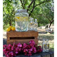 A vintage touch for your sangria punch, iced tea or lemonade, make your drinks the stars of all your parties. By Les Bricoles de Nolou Designed in France Yorkshire, Candy Bar Comunion, Sangria Punch, Deco Retro, Drink Dispenser, Wedding Goals, Lemon Lime, For Love And Lemons, Candy Buffet