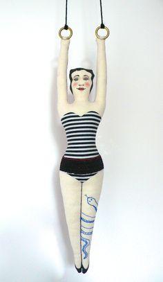 Poupée tatouée, trapéziste, cirque, et ses anneaux, tattooed doll, à suspendre, pin-up du début du siècle dernier, Un Radis m'a dit, http://www.alittlemarket.com/boutique