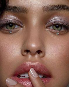 """Sauber, Green + Vegan Make-up auf Instagram: """"Swooning über diesen blauäugigen Make-up Look durch die unglaubliche @jessi_makeup auf atemberaubenden Modell @nisrinasbia 🌟💖🚀 Sie können einen Blick erreichen ..."""""""
