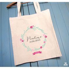 Tote bag beige Couronne de fleurs, cadeau idéal pour la future mariée et ses amis présentes pour l'enterrement de vie de jeune fille (EVJF)... Ce tote bag personnalisé est un souvenir original à conserver.