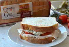 Sandwich con arrosto di tacchino carciofi e pomodori