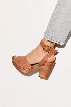 - Women shoes For Fall Work Outfits - Women shoes For Summer Jimmy Choo Leather Clogs, Leather Booties, Sneakers Fashion, Fashion Shoes, Fashion Fall, Sneakers Style, Shoes Sneakers, Wooden Clogs, Wooden Shoe