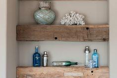 decoration-murale-bois-poutres-bois-brut-etageres-ouvertes-deco-corail-plantes-vertes décoration murale bois