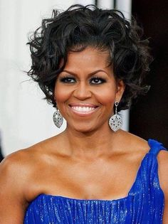 First Lady Michelle Obama - Her hair looks the best I've ever seen it. Michelle Und Barack Obama, Michelle Obama Fashion, Barack Obama Family, Curly Hair Styles, Natural Hair Styles, Blonder Bob, Black Celebrities, My Hairstyle, Joe Biden