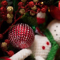 Decoración navideña con los tradicionales colores de la temporada, esta colección se distingue por sus adornos en rojo, verde además de peluches de los clásicos santa y snowman. #Decoracion #Navidad Home Depot, Ideas Para, Christmas Bulbs, Holiday Decor, Home, Red, Green, Christmas 2017, Activities For Kids