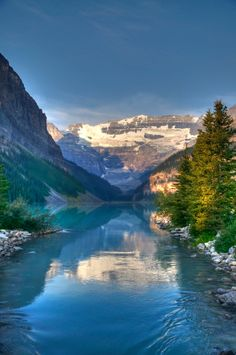 Lake Louise (Banff, Alberta) by pixelvision01