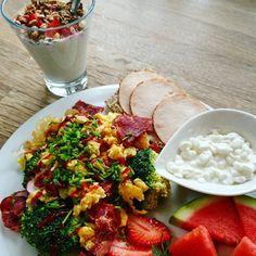 Mega lækker morgenmad tidligt i morges. Ene og alene til mig selv 😅 Mums siger jeg bare 😋 Den står ikke på træning i dag, men jeg griber nu alligevel snoren og vufferne og går mig en lang tur. Vejret er nu lækkert nok 🤗 - God lørdag 😙 #fitfam #fitness #fitfamdk #fitfamdk #omelet #eatclean #kylling #pålæg #morgenmad #hytteost #bacon #sundlivsstil #æg #edfam #edrecovery #dullermedmuller