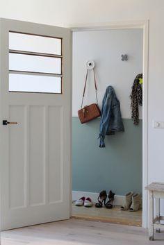 Verdeel je muur in twee delen en lat er twee kleuren spreken. Dat geeft een bijzonder effect aan de ruimte.