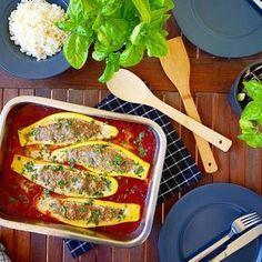 Da kommt man aus dem Urlaub zurück und der ganze Garten hängt voller leckerem Gemüse. Schöne, große, reife, gelbe und grüne Zucchini habe ich in diesem Jahr schon ernten können und wie in diesem Rezept, ein sehr leckeres Gericht daraus zubereitet. Ich habe sie mit einer Hackfleisch-Fetamischung gefüllt und in einer würzigen Tomaten-Basilikum-Soße...