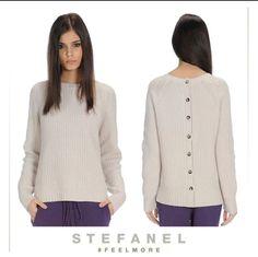 Look originale e romantico con la maglia misto cashmere asimmetrica 828b1fa1f2bd