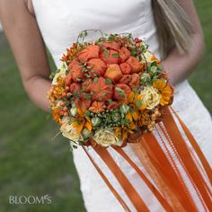 Flowing ribbons pick up the strong colours of the physalis in this striking bouquet.  http://www.blooms.de/blooms-deco/bildergalerie/album/yag/c73/ItemList/submitFilter/kreativ-mit-blumen/landhochzeit.html