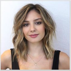 30 Gorgeous Hairstyles for Square Faces in Are you looking for hairstyles for square faces? Short haircuts are commonly unflattering for square faces, since they literally bare your boxiness. Medium Layered Haircuts, Medium Hair Cuts, Medium Hair Styles, Curly Hair Styles, Short Haircuts, Haircuts For Round Face Shape, Haircut For Square Face, Hair Cuts Square Face, Hairstyles For Square Face