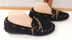 MINNETONKA MOCCASINS Womens Black Fringe Tan Stitch Rubber Soles Shoes Sz 7.5