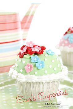 polka-dot & flower cupcake