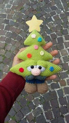 Receita Original: World of Amigurumi Crochet Christmas Ornaments, Christmas Crochet Patterns, Holiday Crochet, Noel Christmas, Christmas Toys, Christmas Knitting, Baby Sewing Projects, Crochet Projects, Crochet Animals